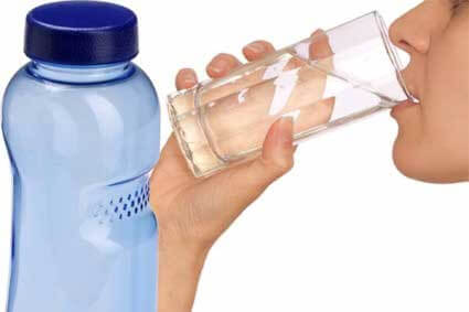 Boire de l'eau minerale